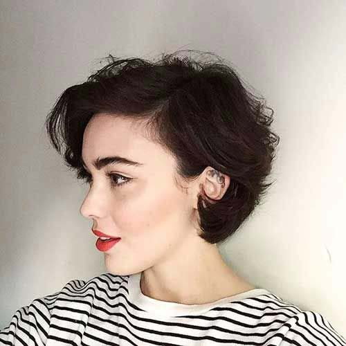 kiểu tóc xoăn ngắn mái chéo