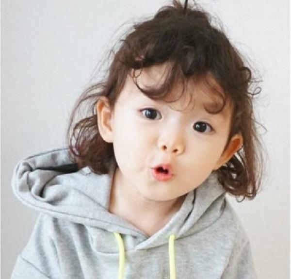 kiểu tóc xoăn đẹp cho bé gái mặt tròn